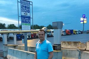 """Kay Nekolny, Betreiber des 24-Autohofes Bad Rappenau/A6: """"Der Lkw-Parkplatz platzt aus allen Nähten seit wir den Premium-Parkplatz haben. Die Speditionen und Fahrer wollen in Zeiten steigender Kriminalität einfach mehr Sicherheit""""."""